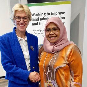 UN-Habitat's Executive Director Maimunah Mohd Sharif and the Norwegian Mapping Authorithy's Director-General Anne Cathrine Frøstrup (Photo credit: Kartverket)