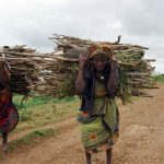 Farmers carry firewood back to their Shanlow village in Middle Shabelle Region, northeast of Mogadishu, August 20, 2006. REUTERS/Shabelle Media (SOMALIA)